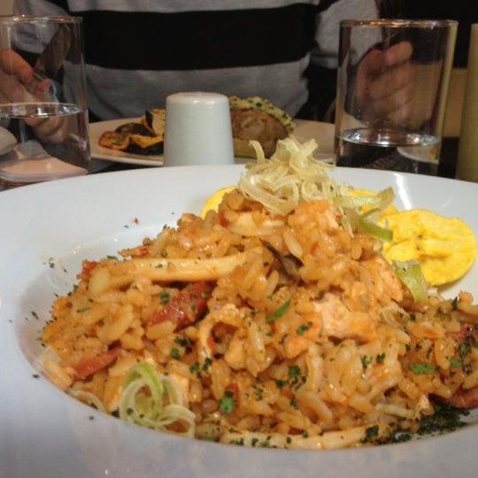 El menú del día tiene in costo de $26.000. Trae plato fuerte, sobre mesa y postre y todo delicioso.