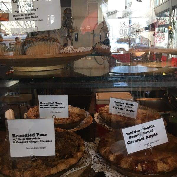 2/17/2017 tarihinde Katz L.ziyaretçi tarafından Random Order Pie Bar'de çekilen fotoğraf