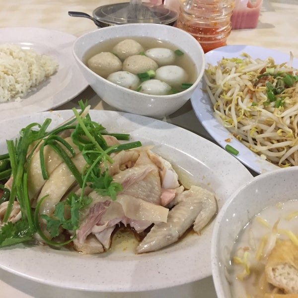 Photo taken at Hot Bowl Nyonya Delights by YW on 5/20/2017