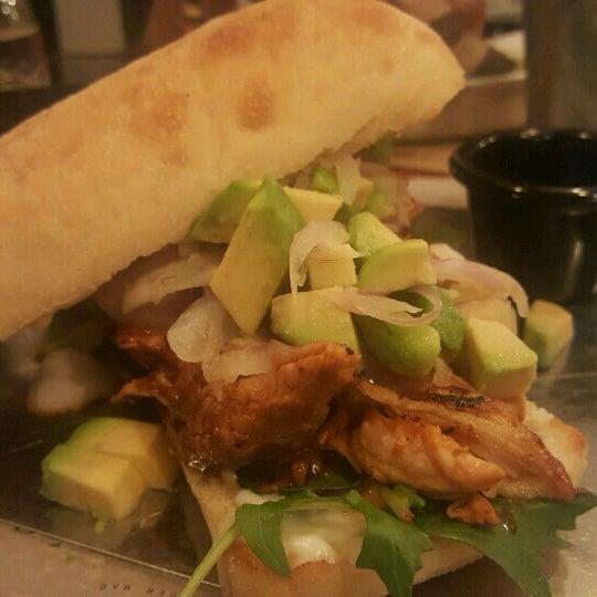 Foto tomada en La Maestranza Sandwich & Burger Bar por Karin R. el 8/21/2016
