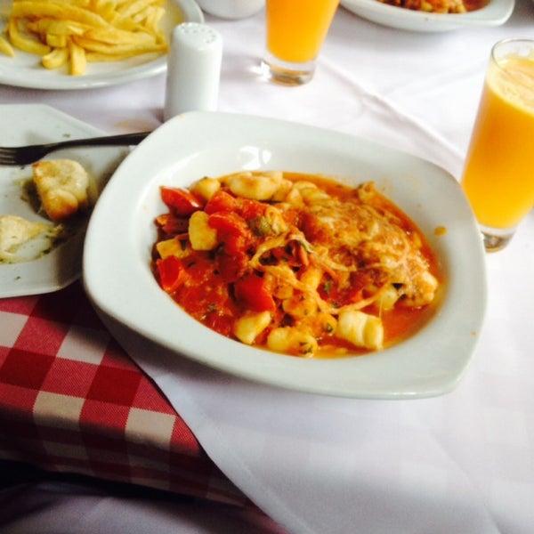 Foto tirada no(a) Di Andrea Gourmet Pizza & Pasta por Larissa Z. em 9/19/2013