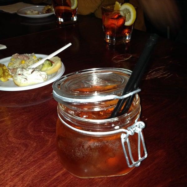Buon aperitivo servito in bicchieri originali!