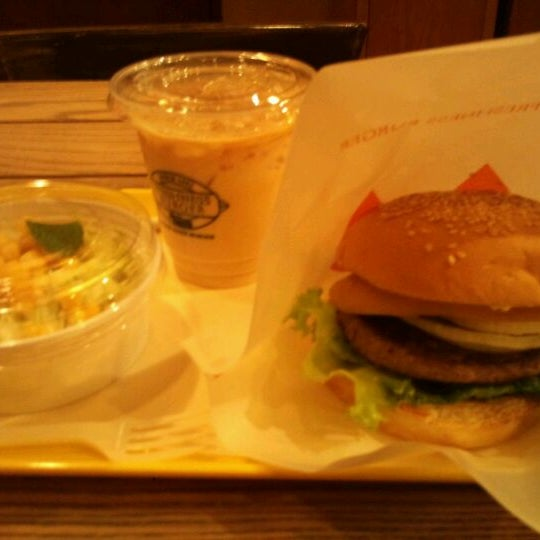 Photo taken at Freshness Burger by Kei Y. on 11/1/2011