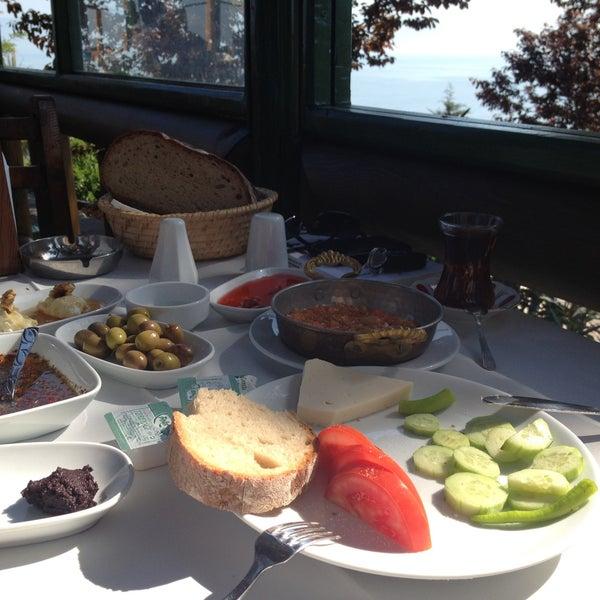 4/28/2013 tarihinde Elif A.ziyaretçi tarafından Çamlı Kahve'de çekilen fotoğraf