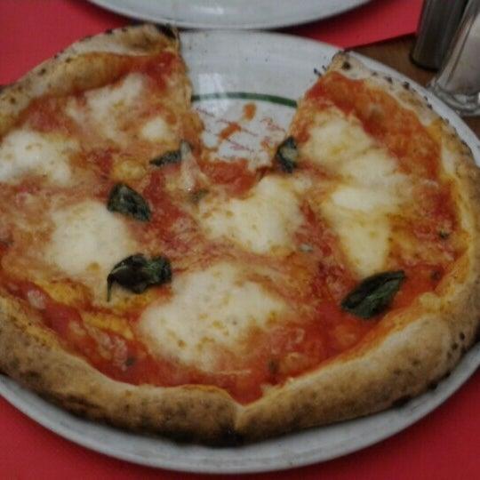 Foto tomada en Pizzeria O' Vesuvio Napoletana Forno Legna por Amirul A. el 5/25/2016