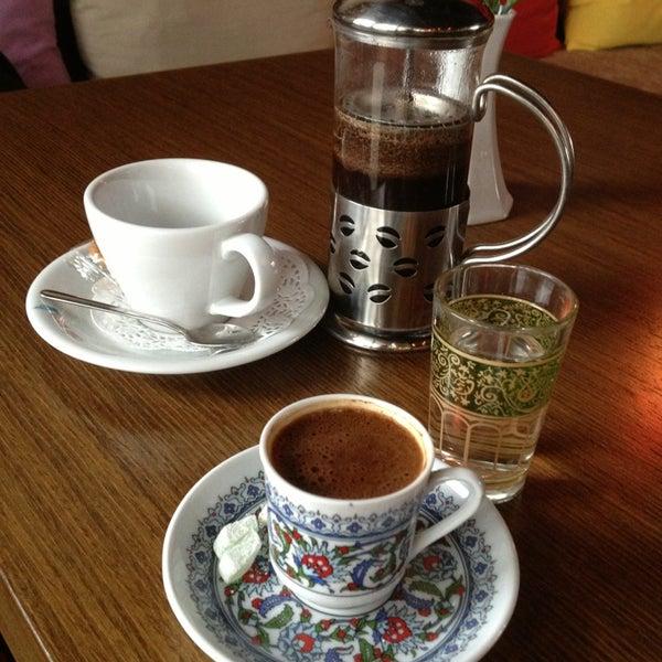 1/6/2013 tarihinde Ayseziyaretçi tarafından Cafe Marin'de çekilen fotoğraf