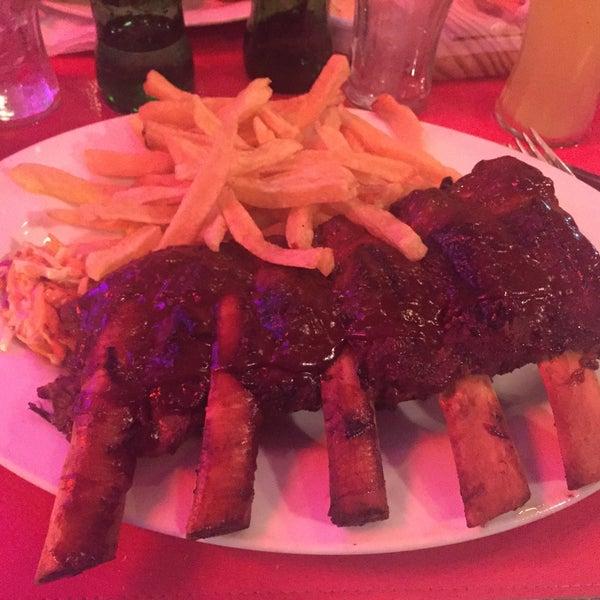 La comida abundante sabrosa y sale rápido. Muy buenas las ribs, enormes, mucho mejores que ir en TGIF