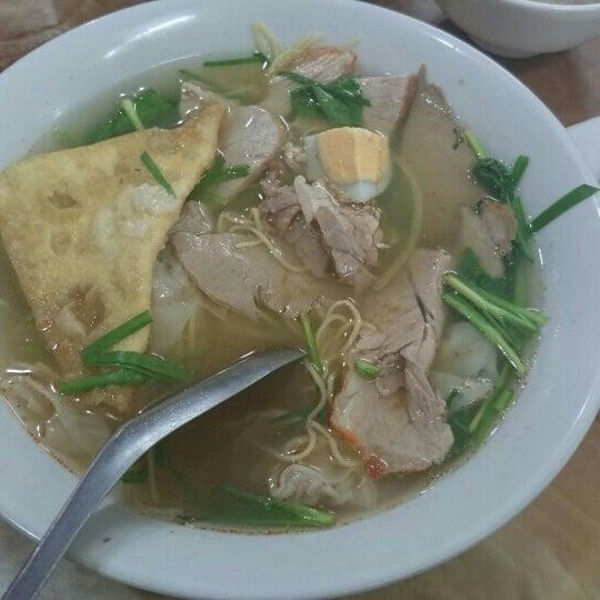 Photo taken at Mì Vằn Thắn Đinh Liệt by Lanh Chanh on 6/21/2015