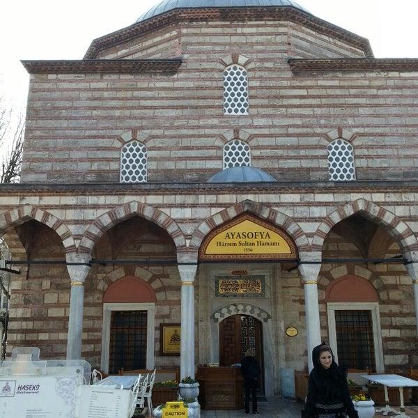 Das Foto wurde bei Ayasofya Hürrem Sultan Hamamı von Abdulaziz am 3/4/2013 aufgenommen