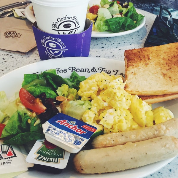 Photo taken at The Coffee Bean by Iuejan B. on 10/21/2016