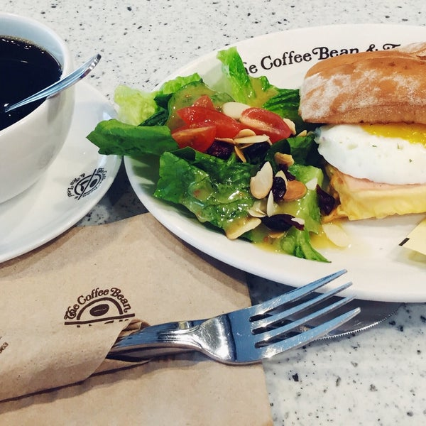 Photo taken at The Coffee Bean by Iuejan B. on 9/7/2016