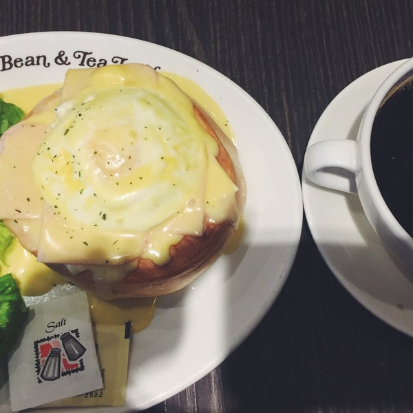 Photo taken at The Coffee Bean by Iuejan B. on 9/28/2016