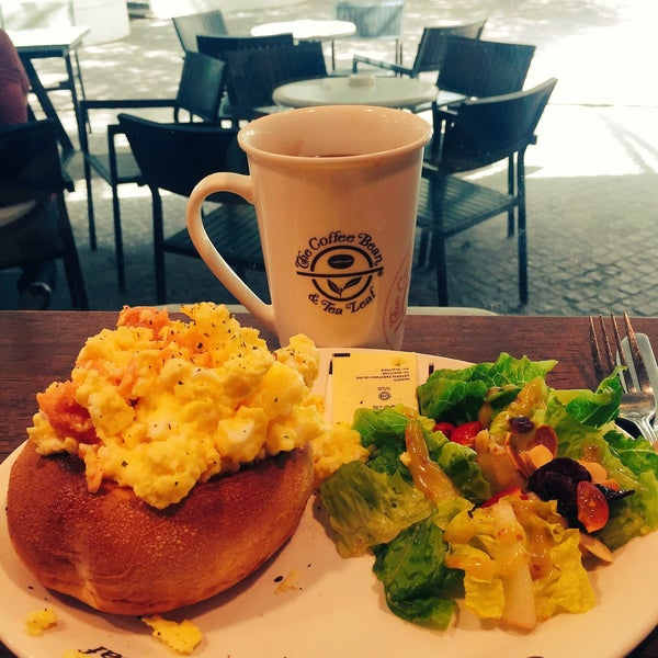 Photo taken at The Coffee Bean by Iuejan B. on 2/22/2017