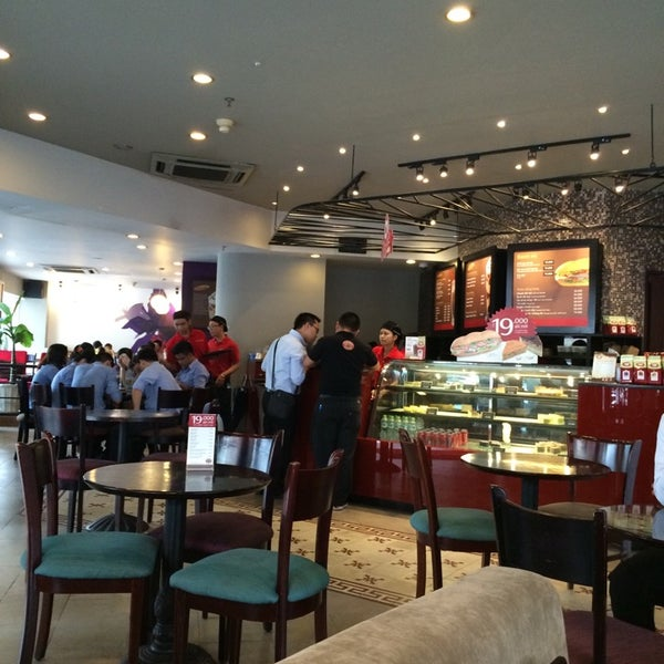 Photo taken at Highlands Coffee by Tịt on 9/24/2014