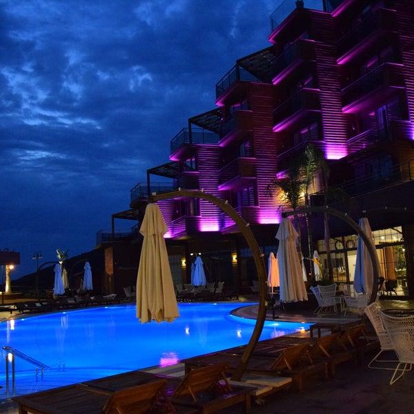 Um Hotel com projeto arquitetônico contemporâneo e inovador em vários aspectos. O design é muito bonito e à vista do mar é deslumbrante. Bom atendimento e equipe muito gentil.