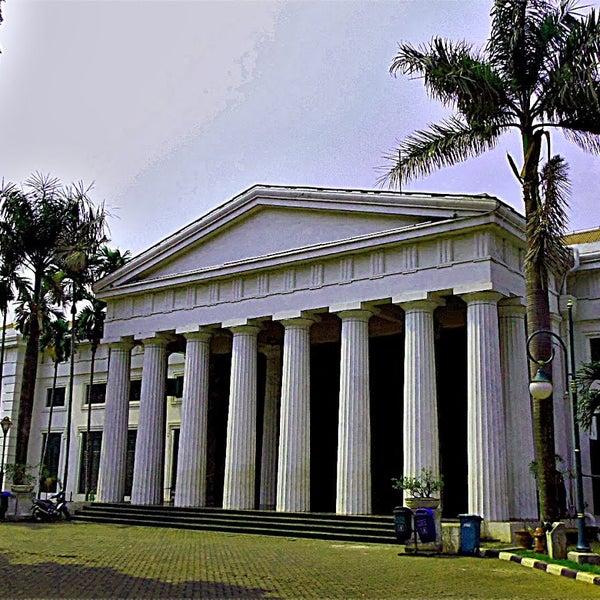 Museum Sejarah Jakarta memajang keramik lokal dari berbagai daerah di tanah air mulai dari era Kerajaan Majapahit abad ke-14 juga dari berbagai negara di dunia.
