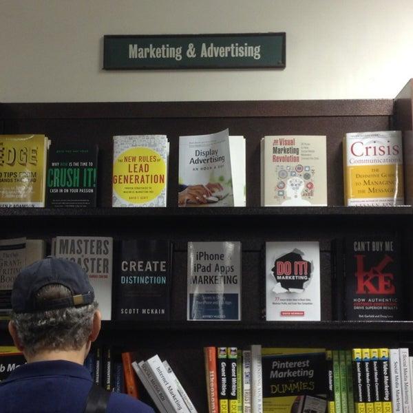 Foto tomada en Barnes & Noble por David N. el 7/5/2013