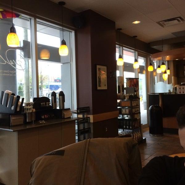 รูปภาพถ่ายที่ Starbucks โดย Oscar J. เมื่อ 5/20/2014
