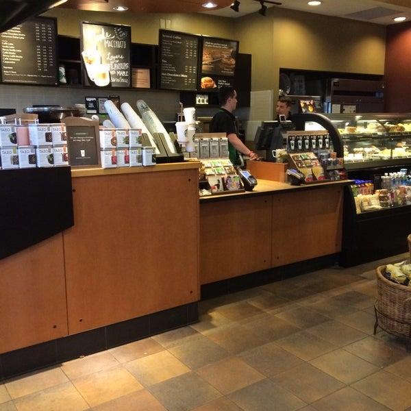 รูปภาพถ่ายที่ Starbucks โดย Oscar J. เมื่อ 4/25/2014