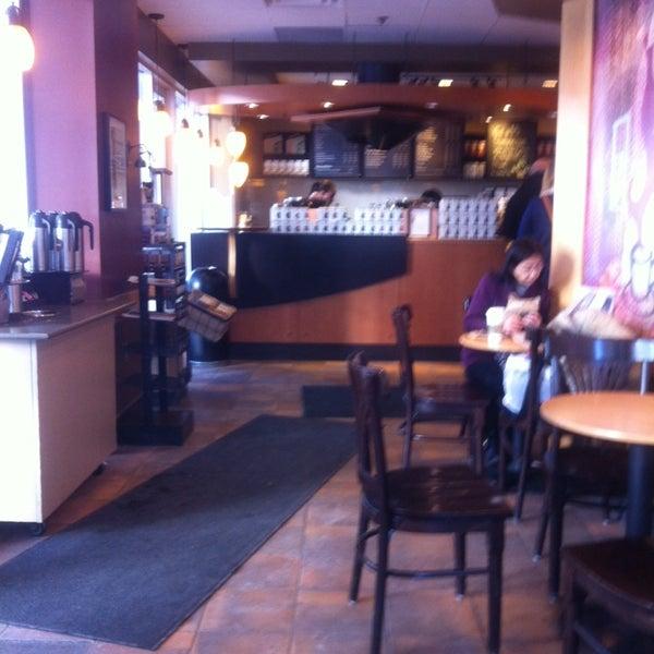 รูปภาพถ่ายที่ Starbucks โดย Oscar J. เมื่อ 2/24/2014