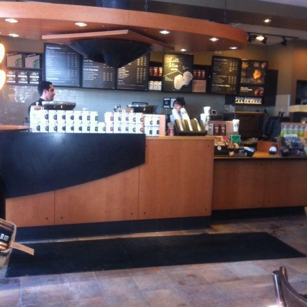 รูปภาพถ่ายที่ Starbucks โดย Oscar J. เมื่อ 1/30/2014