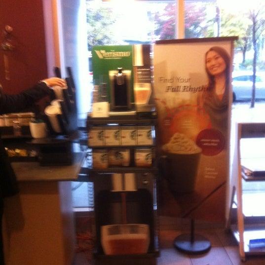 รูปภาพถ่ายที่ Starbucks โดย Oscar J. เมื่อ 10/23/2012