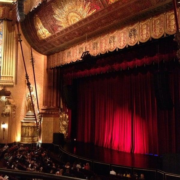 รูปภาพถ่ายที่ Beacon Theatre โดย Stephanie เมื่อ 6/17/2013