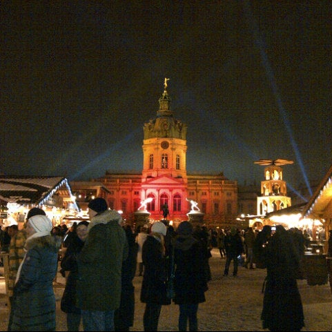 Photo taken at Weihnachtsmarkt vor dem Schloss Charlottenburg by Betül Eylül D. on 12/9/2012