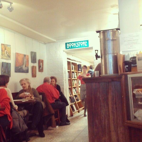 Foto tirada no(a) Politics & Prose Bookstore por Laura em 12/28/2012