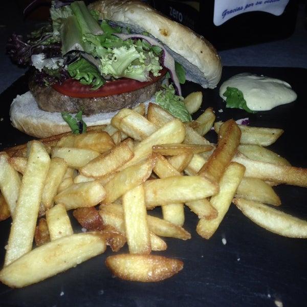 Pedir la hamburguesa de buey al punto menos y que la abrasen. Pan frío y patatas congeladas. Nada Gourmet y menos al precio que tiene