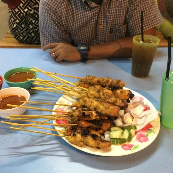 Photo taken at Satay Hut by Zulaikha Z. on 10/22/2016
