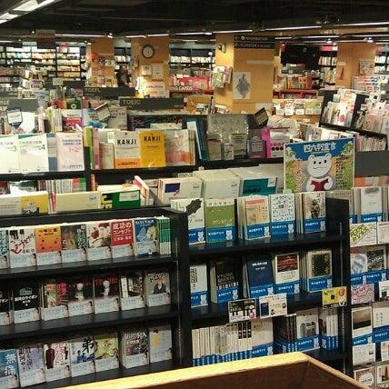 รูปภาพถ่ายที่ Kinokuniya Bookstore โดย Yéhia M. เมื่อ 9/26/2012