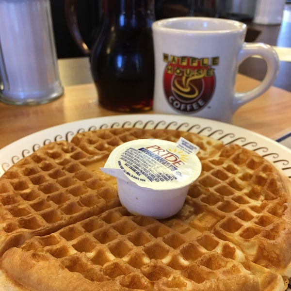 Photo taken at Waffle House by Ary F. on 12/2/2016