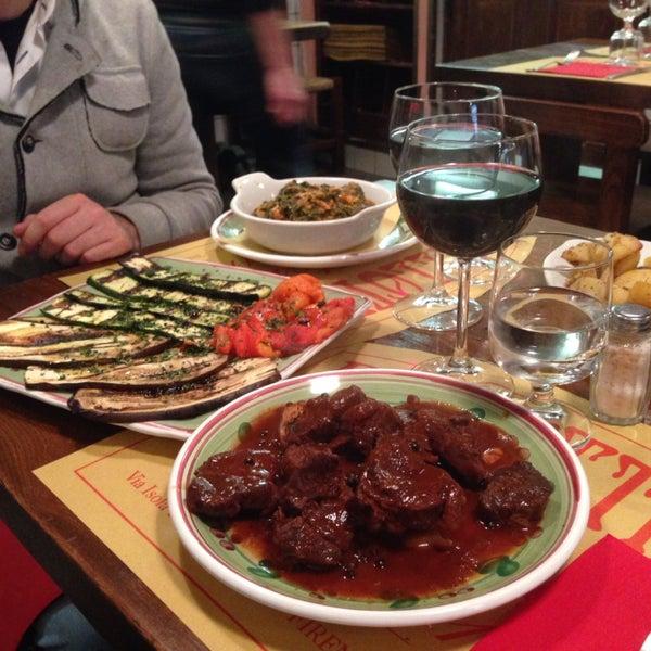Fatevi sempre consigliare dalla cameriera (specialmente per il vino). Notevole il peposo. Bella la cucina a vista.