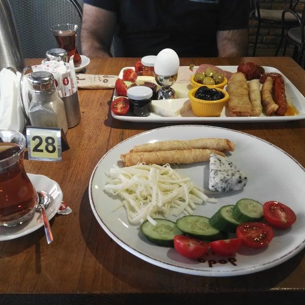 Kahvaltı için harika bir yer  👌 çok çeşit var,  sınırsız çay, herşey çok lezzetlidir,  yer temiz,  fiyatları uygun  👏 mutlaka gelin