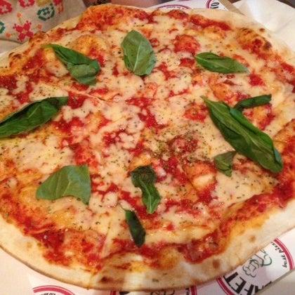 """Dışarıdakı yazı """"Şehrin en iyi pizzası"""" manasına geliyor.  Ama... Masaya gelen o kadar iyi değil.  Bir daha canım çekmez. 😔 hamur çok inci ve aynı zamanda çok kuru, cips gibi yedim 😔"""