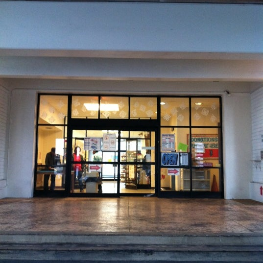 Photo taken at McCully-Mōʻiliʻili Public Library by susieschmoozee on 12/21/2012