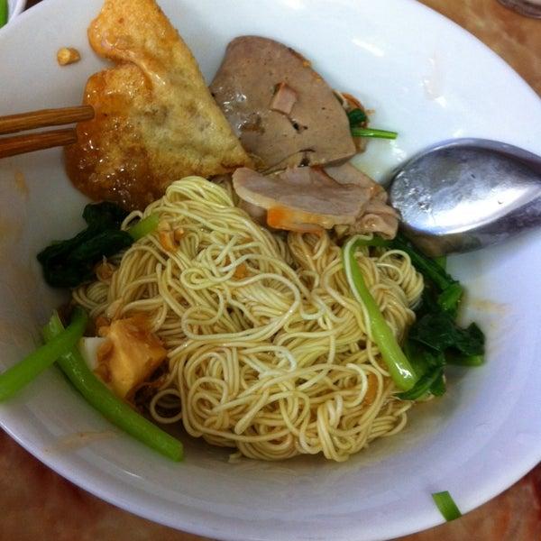 Photo taken at Mì Vằn Thắn Đinh Liệt by ToTo . on 7/13/2014