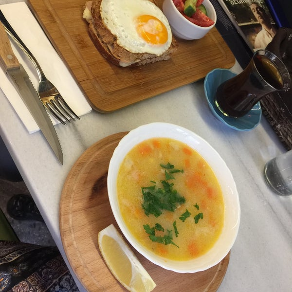 Tavuklu kış çorbası oldukça lezzetli ve sağlıklıydı. Mekanın şarküteri kısmında peynirden başka bir şey bulunmasa da mekanın ambiansı oldukça huzurlu.