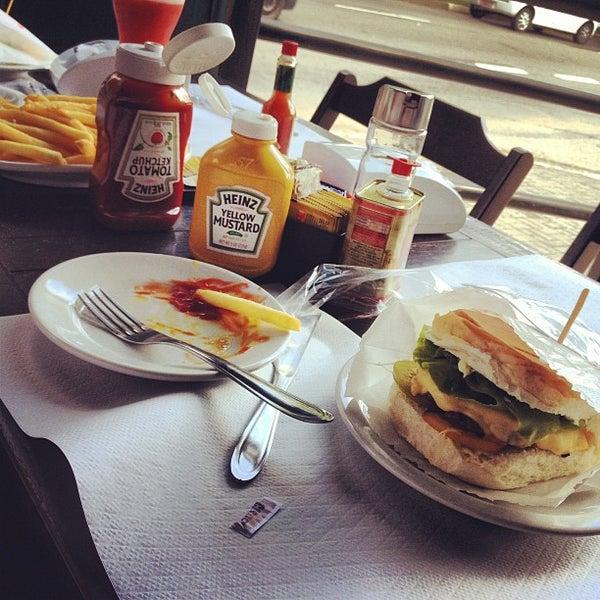 Foto tirada no(a) Brasil Burger por Adriano F. em 3/28/2013
