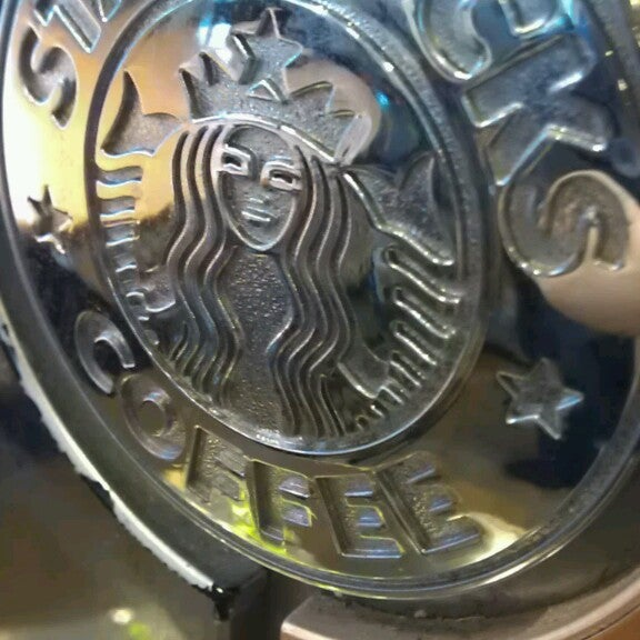 รูปภาพถ่ายที่ Starbucks โดย Fahad B. เมื่อ 5/19/2013