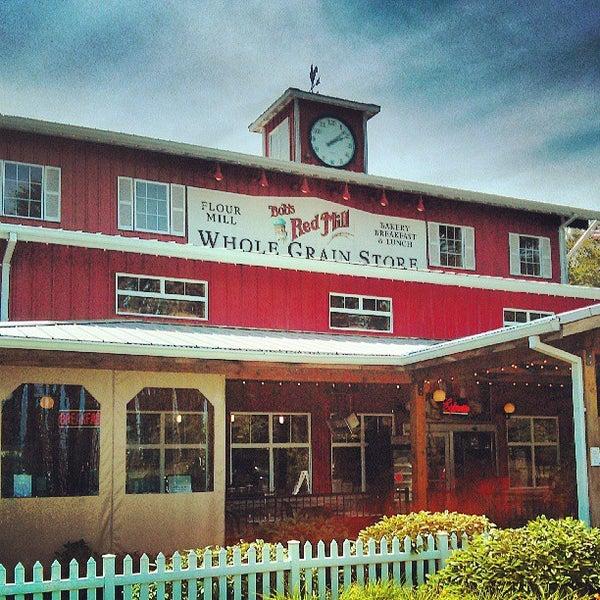 รูปภาพถ่ายที่ Bob's Red Mill Whole Grain Store โดย Andy H. เมื่อ 6/15/2013