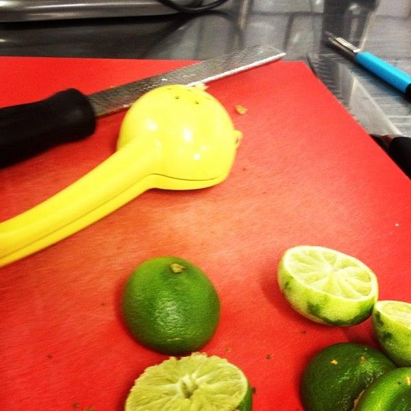 Foto tomada en Limón: Catering, Eventos y Escuela Culinaria por Raymond R. el 12/22/2013