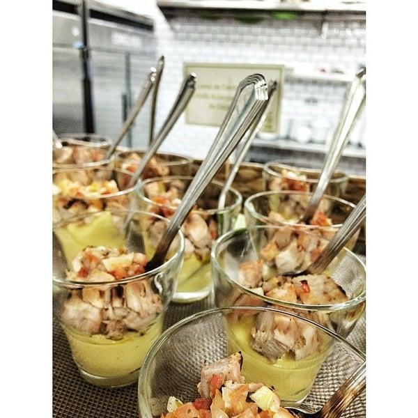 Foto tomada en Limón: Catering, Eventos y Escuela Culinaria por Raymond R. el 3/16/2014