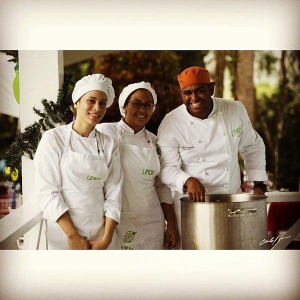 Foto tomada en Limón: Catering, Eventos y Escuela Culinaria por Raymond R. el 12/14/2013