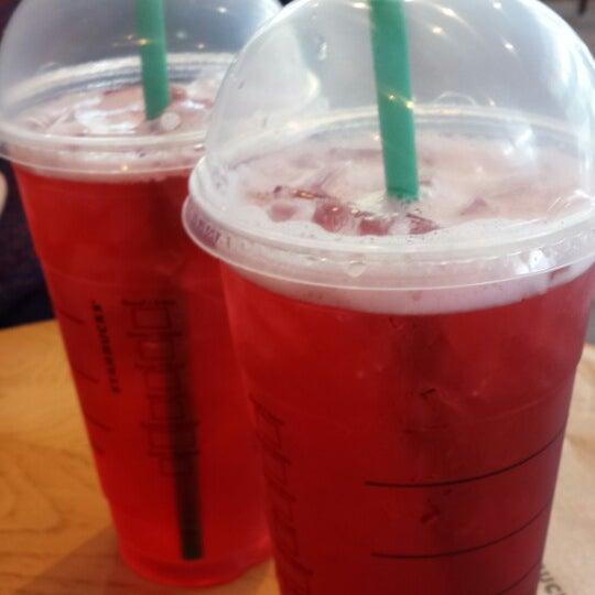 รูปภาพถ่ายที่ Starbucks โดย Tania N. เมื่อ 6/11/2013