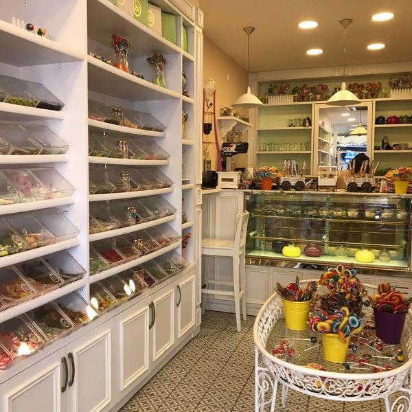 Foto diambil di Büyükada Şekercisi Candy Island Cafe Patisserie oleh Buse K. pada 8/27/2017