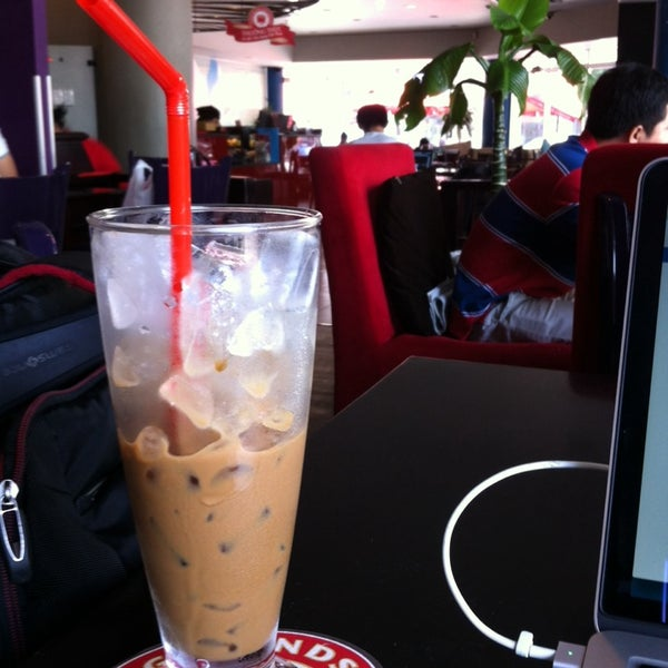 Photo taken at Highlands Coffee by Manasoid on 4/19/2014