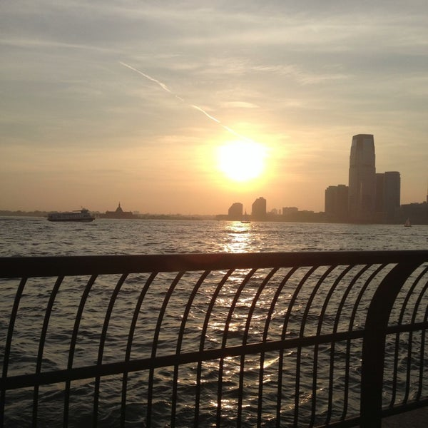Foto tirada no(a) Battery Park City Esplanade por George C. em 5/22/2013