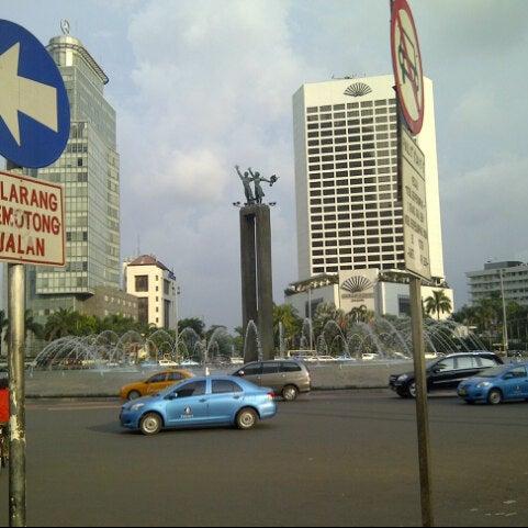 Photo taken at Bundaran Hotel Indonesia (Monumen Selamat Datang) by Margaretha S. on 3/22/2013